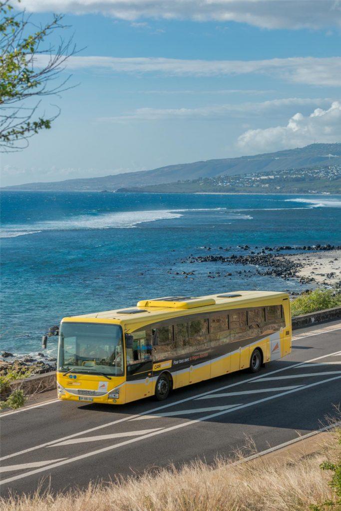 Car jaune bus depuis l'aéroport de la réunion Roland Garros